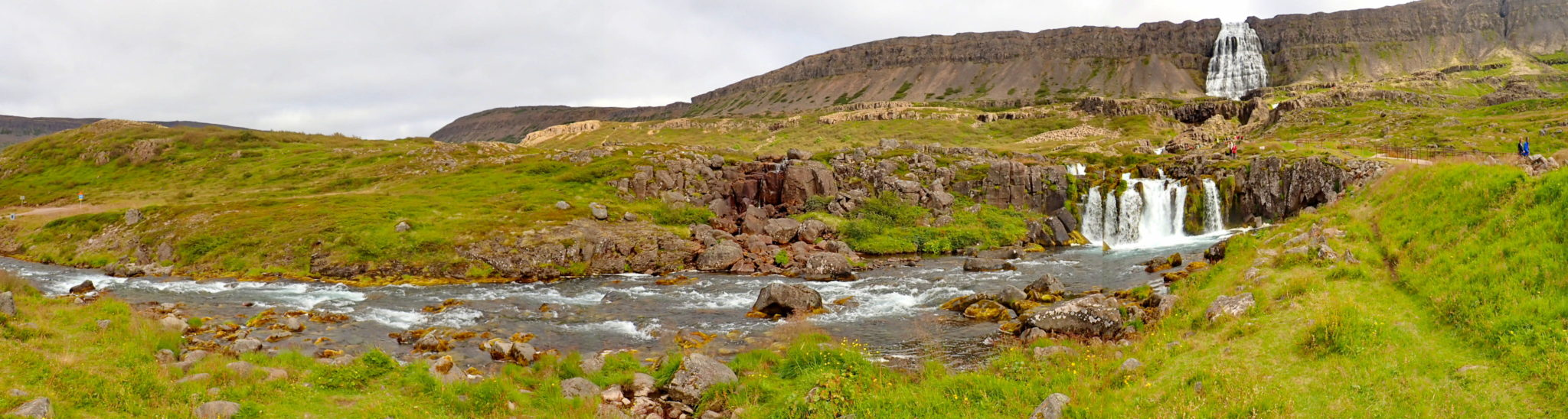 Fjallfoss på Island ligger vakkert til i Arnarfjördur.